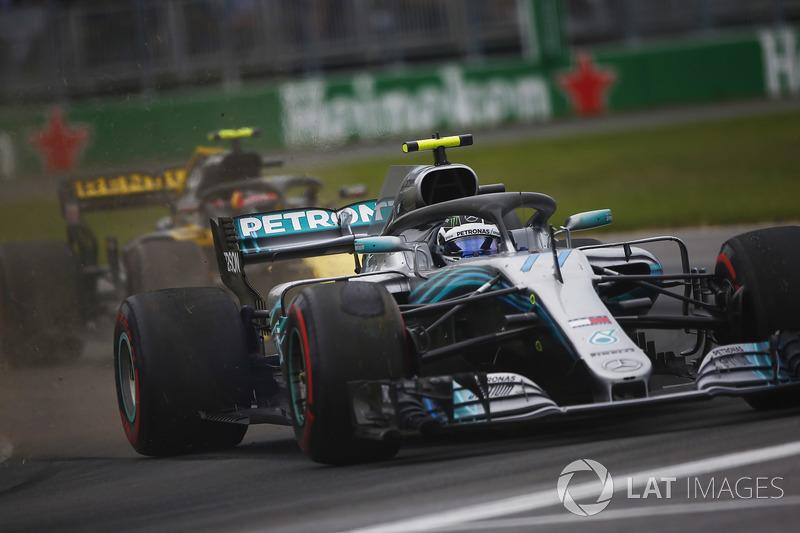 Valtteri Bottas, Mercedes AMG F1 W09, sort de la piste en prenant un tour à Carlos Sainz Jr., Renault Sport F1 Team R.S. 18