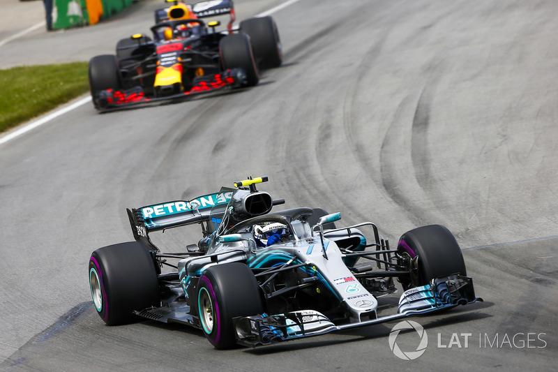 Valtteri Bottas, Mercedes AMG F1 W09, precede Max Verstappen, Red Bull Racing RB14