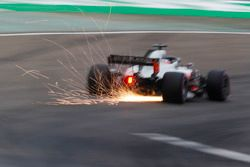 Las chispas vuelan desde el coche de Romain Grosjean, Haas F1 Team VF-18 Ferrari