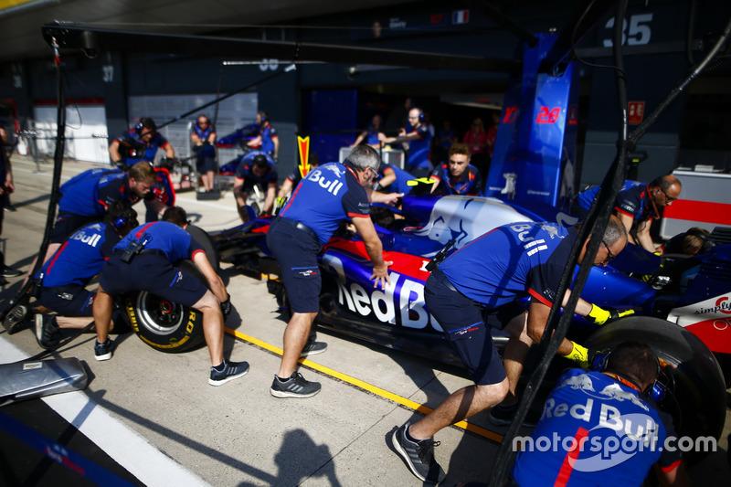 Entraînement d'arrêt aux stands avec la monoplace de Pierre Gasly Toro Rosso STR13
