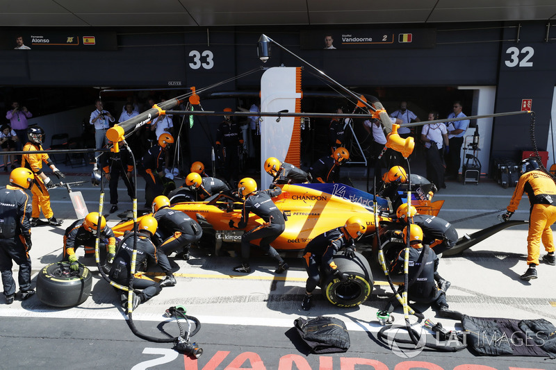 Fernando Alonso, McLaren MCL33 makes a pitstop