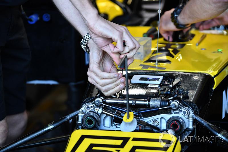 Renault Sport F1 Team R.S. 18, első felfüggesztés, részletfotó