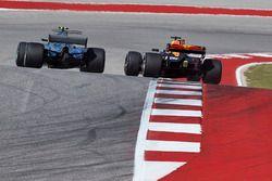 Daniel Ricciardo, Red Bull Racing RB13, in gevecht met Valtteri Bottas, Mercedes AMG F1 W08
