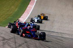 Daniil Kvyat, Scuderia Toro Rosso STR12, Romain Grosjean, Haas F1 Team VF-17