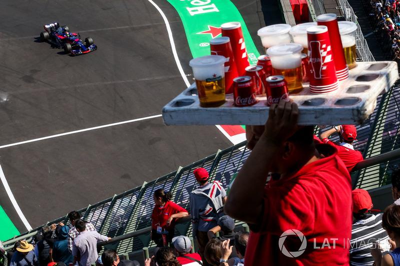 Brendon Hartley, Scuderia Toro Rosso STR12 and beer vendor