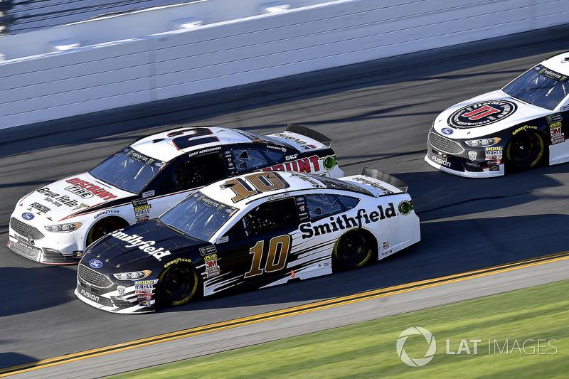 Aric Almirola, Stewart-Haas Racing Ford Fusion en Brad Keselowski, Team Penske Ford Fusion