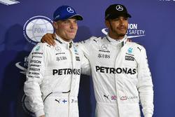 Pole sitter Valtteri Bottas, Mercedes AMG F1 and Lewis Hamilton, Mercedes AMG F1 celebrate
