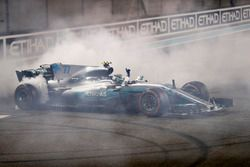 Race winner Valtteri Bottas, Mercedes AMG F1 W08, celebrate with doughnuts