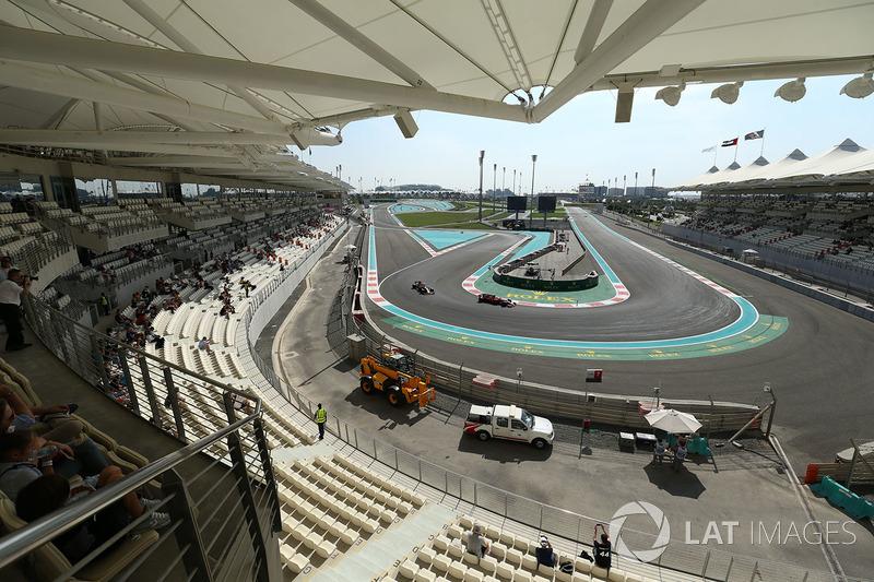 Kimi Raikkonen, Ferrari SF70H y Daniel Ricciardo, Red Bull Racing RB13