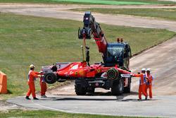 L'auto di Kimi Raikkonen, Ferrari SF70H, viene rimossa dal circuito