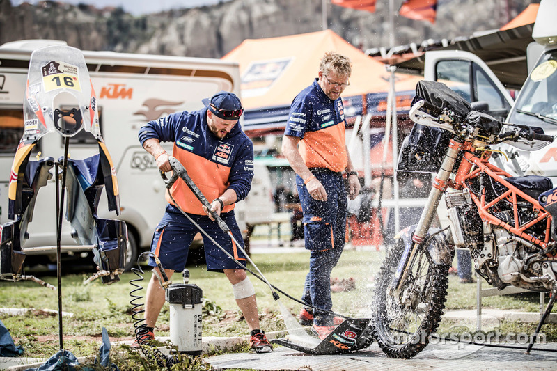 Mechanics of #16 Red Bull KTM Factory Racing: Matthias Walkner