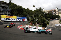 Lewis Hamilton, Mercedes-Benz F1 W08 Hybrid y Max Verstappen, Red Bull Racing RB13
