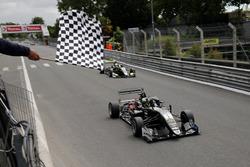 Joel Eriksson, Motopark Dallara F317 - Volkswagen, franchit le drapeau à damier