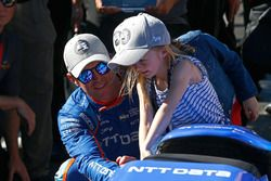 Scott Dixon, Chip Ganassi Racing Honda celebrates winning the Verizon P1 Pole Award with daughters P