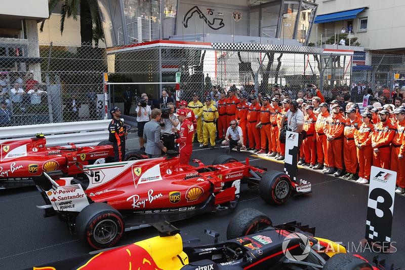 Nico Rosberg, Mercedes-Benz con Sebastian Vettel, Ferrari y Daniel Ricciardo, Red Bull Racing RB13