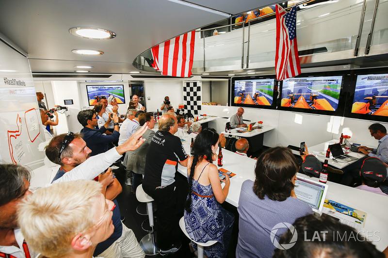 Гости моторхоума McLaren на Гран При Монако следят за выступлением Фернандо Алонсо в Indy 500