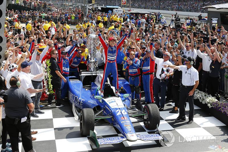 И выиграл гонку, став первым японцем в истории Indy 500, которому удалось это сделать.