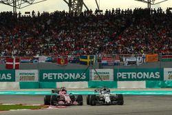Esteban Ocon, Sahara Force India VJM10 and Felipe Massa, Williams FW40 battle for position