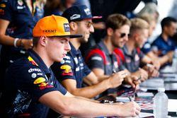Max Verstappen, Red Bull Racing, Daniel Ricciardo, Red Bull Racing, zetten handtekeningen voor de fa
