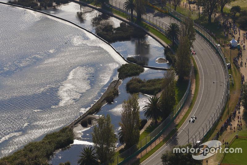 Una vista aérea de Lewis Hamilton, Mercedes AMG F1 W08, líder Sebastian Vettel, SF70H de Ferrari, en las primeras vueltas