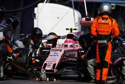 Esteban Ocon, Force India VJM10, makes a pit stop