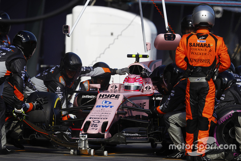 Esteban Ocon, Force India VJM10, pit stop