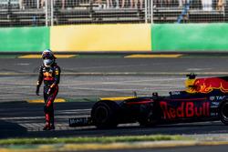 Daniel Ricciardo, Red Bull Racing, se aleja de su coche