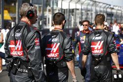 Les ingénieurs Haas F1 Team sur la grille