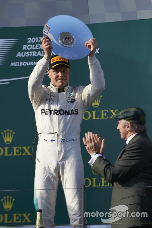 Valtteri Bottas, Mercedes AMG, 3° classificato, con il trofeo