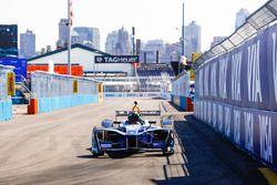 Chris Hemsworth in de Formule E-bolide
