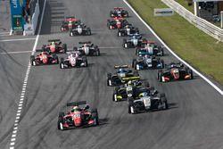 Départ : Callum Ilott, Prema Powerteam, Dallara F317 - Mercedes-Benz en tête