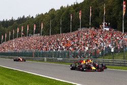 Max Verstappen, Red Bull Racing RB13, Daniel Ricciardo, Red Bull Racing RB13, Fernando Alonso, McLaren MCL32, on the formation lap