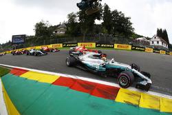 Lewis Hamilton, Mercedes AMG F1 W08, Sebastian Vettel, Ferrari SF70H, Valtteri Bottas, Mercedes AMG F1 W08, Kimi Raikkonen, Ferrari SF70H, Max Verstappen, Red Bull Racing RB13 and Daniel Ricciardo, Red Bull Racing RB13, am Start