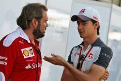 Esteban Gutierrez, Haas F1 Team avec Gino Rosato, Ferrari