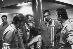 Jack Brabham, Brabham BT33 Ford met een jonge Ron Dennis in de pits