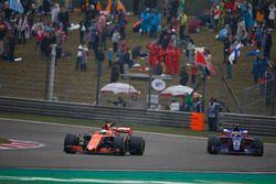 Fernando Alonso, McLaren MCL32 y Carlos Sainz Jr., Scuderia Toro Rosso STR12