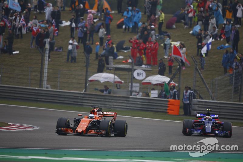 Fernando Alonso, McLaren MCL32; Carlos Sainz Jr., Scuderia Toro Rosso STR12