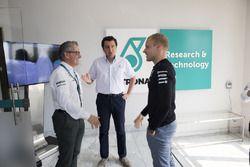 Bottas con i responsabili di Petronas Motorsport