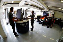 Ingenieros trabajando en el garaje de McLaren
