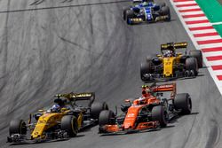 Jolyon Palmer, Renault Sport F1 Team RS17, Stoffel Vandoorne, McLaren MCL32 battle for position