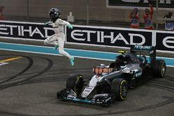2. Nico Rosberg, Mercedes AMG F1 W07 Hybrid, feiert den Titelgewinn