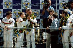 Podio: ganadores de la carrera Christophe Bouchut, Geoff Brabham, Eric Helary, Peugeot 905C
