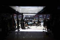 El equipo Mercedes recupera el Mercedes AMG F1 W08 de Valtteri Bottas
