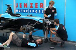 Des mécaniciens Jenzer Motorsport