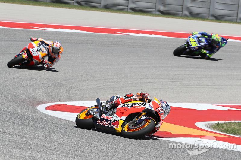 Ao mesmo tempo que Márquez abria de Pedrosa, Rossi se aproximava do companheiro de equipe do atual campeão da MotoGP.