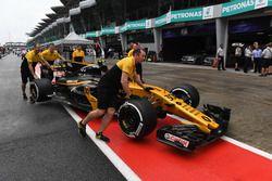 Механики Renault Sport F1 Team катят RS17 Джолиона Палмера по пит-лейну