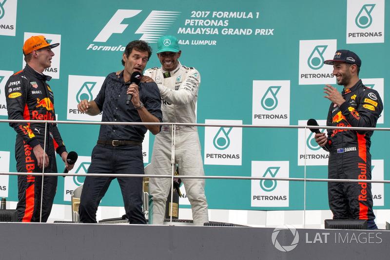 Победитель Макс Ферстаппен, Red Bull Racing, Марк Уэббер, второе место – Льюис Хэмилтон, Mercedes AM