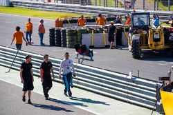 Sebastien Buemi, Renault e.Dams inspecciona los daños a la primera chicane después de James Rossiter