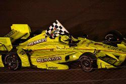 Simon Pagenaud, Equipo Penske Chevrolet celebra la victoria en la pista con la bandera a cuadros
