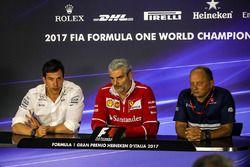 Директор Mercedes AMG F1 Тото Вольф, руководитель команды Ferrari Маурицио Арривабене и руководитель